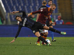 Photo - AS Roma midfielder Daniele De Rossi, right, fouls Inter Milan midfielder Gabriel Alvarez during an Italian Serie A soccer match between AS Roma and Inter Milan at Rome's Olympic stadium, Saturday, March 1, 2014. (AP Photo/Alessandra Tarantino)