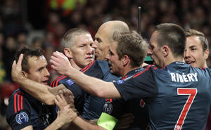 Photo - Bayern's Bastian Schweinsteiger, second left, celebrates with his teammates after scoring their side's first goal during the Champions League quarterfinal first leg soccer match between Manchester United and Bayern Munich at Old Trafford Stadium, Manchester, England, Tuesday, April 1, 2014.(AP Photo/Jon Super)