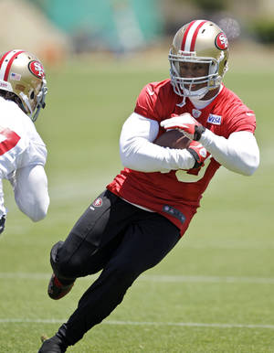 Photo -   San Francisco 49ers tight end Vernon Davis runs during NFL football practice at the team's training facility in Santa Clara, Calif., Tuesday, June 5, 2012. (AP Photo/Paul Sakuma)