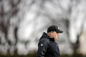 Photo - Philadelphia Eagles head coach Chip Kelly directs his players during NFL football practice at the team's training facility, Tuesday, Dec. 31, 2013, in Philadelphia. (AP Photo/Matt Rourke)