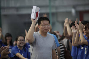 Photo -   The first customer, Sun Xufei, a 32-year-old software engineer, holds up a box containing Apple's iPad he purchased after an Apple Store started selling its new tablet computers Friday, July 20, 2012 in Shanghai, China. (AP Photo/Eugene Hoshiko)