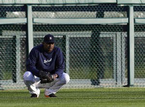 Photo -   Detroit Tigers' Jose Valverde watches batting practice before Game 3 of the American League championship series against the New York Yankees Tuesday, Oct. 16, 2012, in Detroit. (AP Photo/Paul Sancya )