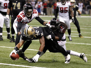 Photo -   New Orleans Saints wide receiver Marques Colston (12) scores on a touchdown reception as Atlanta Falcons free safety Thomas DeCoud (28) covers in the second half of an NFL football game at Mercedes-Benz Superdome in New Orleans, Sunday, Nov. 11, 2012. (AP Photo/Bill Haber)