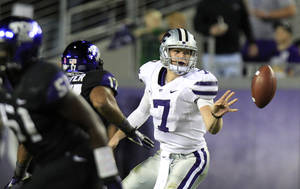 Photo -   Kansas State quarterback Collin Klein (7) pitches out a shovel pass during the second half of an NCAA college football game against the TCU, Saturday, Nov. 10, 2012, in Fort Worth, Texas. (AP Photo/LM Otero)