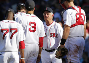 photo -   Boston Red Sox manager Bobby Valentine, second from right, arrives at the mound to take out starting pitcher Clay Buchholz after a go-ahead sacrifice fly by Toronto Blue Jays' Omar Vizquel during the ninth inning of Boston's 4-3 loss in a baseball game at Fenway Park in Boston, Sunday, Sept. 9, 2012. (AP Photo/Winslow Townson)