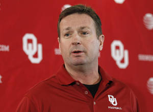 Photo -   Oklahoma head coach Bob Stoops answers a question during an NCAA college football news conference in Norman, Okla., Tuesday, Nov. 29, 2011. (AP Photo/Sue Ogrocki)