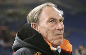 photo - AS Roma coach Zdenek Zeman, of Czech Republic, waits for the start of a Serie A soccer match between AS Roma and Cagliari, at Rome's Olympic stadium, Friday, Feb. 1, 2013. Cagliari won 4-2. (AP Photo/Riccardo De Luca)