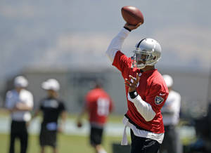 Photo -   Oakland Raiders quarterback Terrelle Pryor throws during NFL football practice in Alameda, Calif., Wednesday, June 13, 2012. (AP Photo/Marcio Jose Sanchez)