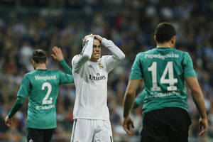 Photo - Real's Gareth Bale, center, gestures during a Champions League round of 16 second leg soccer match between Real Madrid and FC Schalke 04 at the Santiago Bernabeu stadium in Madrid, Tuesday, March 18, 2014. (AP Photo/Andres Kudacki)