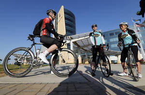 Photo -  Eric Melton, left, Marty Karr and Daphne Summers meet Friday at the Norman Healthplex for a 30-minute ride to a rally at Andrews Park for Bike to Work Day. PHOTO BY STEVE SISNEY, THE OKLAHOMAN  <strong>STEVE SISNEY -   </strong>