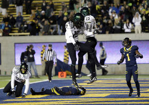 Photo -   Oregon wide receiver B.J. Kelley (23) celebrates his 18-yard touchdown reception with teammate Dwayne Stanford (18) during the second half of an NCAA college football game against California in Berkeley, Calif., Saturday, Nov. 10, 2012. (AP Photo/Marcio Jose Sanchez)