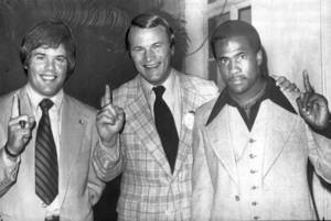 Photo - Former Oklahoma quarterback Steve Davis, coach Barry Switzer and halfback Joe Washington. FROM THE OKLAHOMAN ARCHIVES