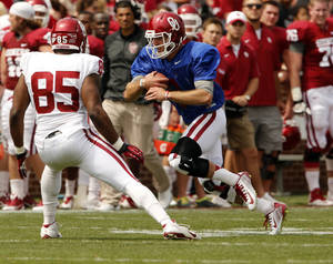 Photo - Trevor Knight runs and Geneo Grissom defends during the Spring College Football Game of the University of Oklahoma Sooners (OU) at Gaylord Family-Oklahoma Memorial Stadium in Norman, Okla., on Saturday, April 12, 2014.  Photo by Steve Sisney, The Oklahoman
