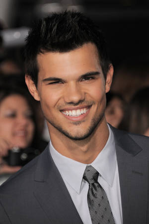 "Photo - Taylor Lautner attends the world premiere of ""The Twilight Saga: Breaking Dawn -- Part II"" at the Nokia Theatre on Monday. (Photo by Jordan Strauss/Invision/AP) <strong>Jordan Strauss - Jordan Strauss/Invision/AP</strong>"