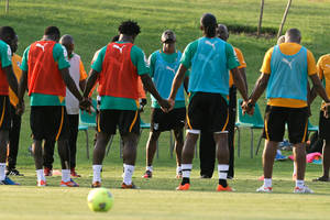 "photo - Ivory Coast's Didier ""Maestro"" Zokora, background center, holds hands with teammates and team staff in a prayer before a training session Friday, Feb. 1 2013 in Rustenburg, South Africa. On Sunday Ivory Coast will face Nigeria in a African Cup of Nations quarterfinals match. (AP Photo/Armando Franca)"
