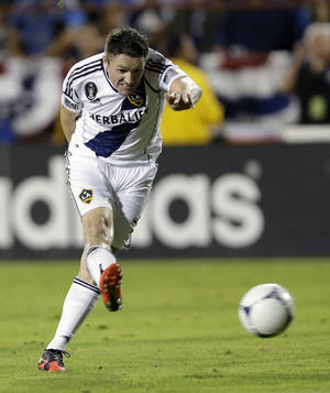 Photo -   Los Angeles Galaxy's Robbie Keane shoots to score against the San Jose Earthquakes during the first half of their MLS playoff soccer match in Santa Clara, Calif., Wednesday, Nov. 7, 2012. (AP Photo/Marcio Jose Sanchez)