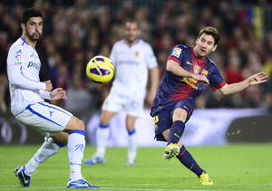 Photo -   FC Barcelona's Lionel Messi, from Argentina scores his second goal against Zaragoza during a Spanish La Liga soccer match a at the Camp Nou stadium in Barcelona, Spain, Saturday, Nov. 17, 2012. (AP Photo/Manu Fernandez)