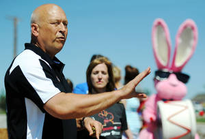 Photo - Cal Ripken Jr. talks about the importance of giving back to  community to Habitat for Humanity and Energizer Bunny Brigade volunteers in Joplin, Mo.