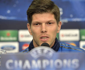 Photo - Schalke's forward Klaas-Jan Huntelaar of the Netherlands talks to the media during a press conference prior to the UEFA Champions League first leg knock out soccer match between FC Schalke 04 and Real Madrid in Gelsenkirchen, Tuesday, Feb. 25, 2014. (AP Photo/Martin Meissner)