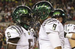 Photo -   Oregon quarterback Marcus Mariota, right, celebrates his first half touchdown against Washington State with Oregon's De'Anthony Thomas, left, during an NCAA college football game, Saturday, Sept. 29, 2012, in Seattle. Oregon beat Washington State, 51-26. (AP Photo/Ted S. Warren)