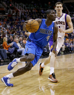 photo - Dallas Mavericks' Darren Collison (4) drives past Phoenix Suns' Goran Dragic, of Slovenia, during the first half of an NBA basketball game Friday, Feb. 1, 2013, in Phoenix. (AP Photo/Matt York)