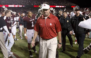 photo - OU coach Bob Stoops walks off the field after OU's loss in the college football game between the University of Oklahoma (OU) and Texas A&M University at Kyle Field in College Station, Texas, on Saturday, Nov. 6, 2010.  Photo by Bryan Terry, The Oklahoman ORG XMIT: KOD