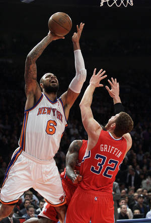 Photo -   New York Knicks' Tyson Chandler (6) shoots over Los Angeles Clippers' Blake Griffin (32) during the first half of an NBA basketball game, Wednesday, April 25, 2012, in New York. (AP Photo/Frank Franklin II)