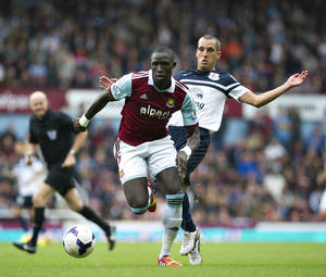 Photo - West Ham's Mohamed Diame fights for the ball with Everton's Leon Osman during their English Premier League soccer match at Upton Park stadium, London, Saturday, Sept. 21, 2013. (AP Photo/Bogdan Maran)
