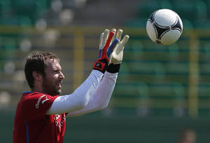 photo -   Czech Republic's Petr Cech catches a ball during a training session of Czech Republic at the soccer Euro 2012 in Wroclaw, Poland, Monday, June 18, 2012. (AP Photo/Petr David Josek)