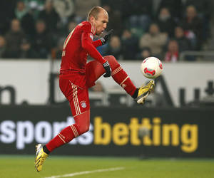 Photo - Bayern's Arjen Robben of Netherlands controls the ball to score his side's second goal during the German first division Bundesliga soccer match between VfL Wolfsburg and FC Bayern Munich in Wolfsburg, Germany, Friday, Feb. 15, 2013. (AP Photo/Michael Sohn)