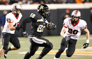 photo - TULSA UNION / HIGH SCHOOL FOOTBALL: Broken Arrow's Devon Thomas (center) runs downfield under pressure from Union's Blace Walser (left) and Chase Dahlquists (right) during the high school Class 6A state championship football game in Stillwater, Okla. on Thursday, December 1, 2011. MATT BARNARD/Tulsa World