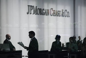 photo -   People arrive at JPMorgan Chase headquarters in New York Monday, May 14, 2012. JPMorgan, the largest bank in the United States, is seeking to minimize the damage caused by a $2 billion trading loss, disclosed Thursday by CEO Jamie Dimon. (AP Photo/Mark Lennihan)