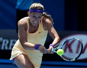 photo - Victoria Azarenka of Belarus hits a return to Russia&#039;s Elena Vesnina during their fourth round match at the Australian Open tennis championship in Melbourne, Australia, Monday, Jan. 21, 2013.(AP Photo/Aaron Favila)