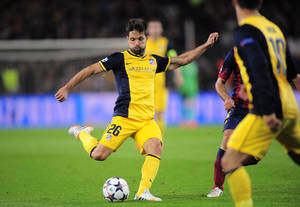 Photo - Atletico's Diego shoots to score during a first leg quarterfinal Champions League soccer match between Barcelona and Atletico Madrid at the Camp Nou stadium in Barcelona, Spain, Tuesday April 1, 2014. (AP Photo/Manu Fernandez)
