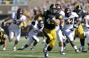 photo -   Iowa fullback Mark Weisman runs for a 34-yard touchdown run during the first half of an NCAA college football game against Central Michigan, Saturday, Sept. 22, 2012, in Iowa City, Iowa. (AP Photo/Charlie Neibergall)