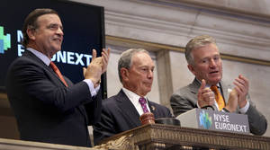 photo -   New York City Mayor Michael Bloomberg, center, gives a thumbs up after ringing in the opening bell at the New York Stock Exchange in New York, Wednesday, Oct. 31, 2012. Traffic is snarled, subways out of commission, streets flooded and power out in many parts of the city, but the New York Stock Exchange opened without hitch Wednesday after an historic two-day shutdown, courtesy of Superstrom Sandy. (AP Photo/Seth Wenig)
