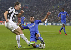 Photo -   Juventus Swiss defender Stephan Lichtsteiner, left, is tackled by Chelsea's Ashley Cole during a Champions League, Group E, soccer match at the Juventus stadium in Turin, Italy, Tuesday, Nov. 20, 2012. (AP Photo/Daniele Badolato, Lapresse)