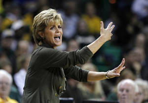 photo -   Baylor head coach Kim Mulkey instructs her team during the first half of an NCAA women's college basketball game against Kentucky, Tuesday, Nov. 13, 2012, in Waco, Texas. (AP Photo/Tony Gutierrez)