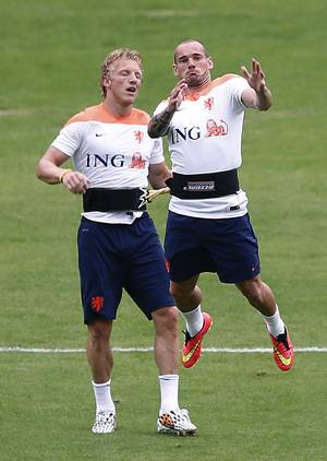 Photo - Wesley Sneijder, right, and Dirk Kuyt, left, of the Netherlands are seen during a training session in Rio de Janeiro, Brazil, Tuesday, June 10, 2014.  The Netherlands play in group B of the 2014 soccer World Cup. (AP Photo/Wong Maye-E)