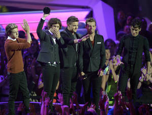 Photo -   From left, Niall Horan, Harry Styles, Liam Payne, Louis Tomlinson and Zayn Malik, of musical group One Direction, accept the best new artist award at the MTV Video Music Awards on Thursday, Sept. 6, 2012, in Los Angeles. (Photo by Mark J. Terrill/Invision/AP)