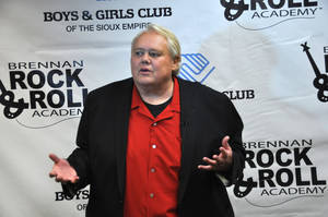 "Photo - Comedian Louie Anderson, shown in this photo taken Wednesday, March, 27, 2013 in Sioux Falls, S.D., was able to skip practice from the celebrity diving show ""Splash"" to do a benefit stand-up show for the Brennan Rock & Roll Academy. (AP Photo/Dirk Lammers)"