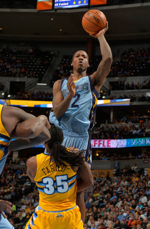 Photo - CORRECTS TO GRIZZLIES POWER FORWARD ED DAVIS (32) NOT GUARD NICK CALATHES - Memphis Grizzlies power forward Ed Davis (32) goes up to shoot against Denver Nuggets forward Kenneth Faried (35) during the second quarter of an NBA basketball game on Friday, Jan. 3, 2014, in Denver. (AP Photo/Jack Dempsey)