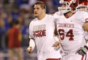 photo - INJURY: Oklahoma's injured center Ben Habern in pre-game warm ups during the college football game between the University of Oklahoma Sooners (OU) and the University of Kansas Jayhawks (KU) on Saturday, Oct. 15, 2011. in Lawrence, Kan. Photo by Chris Landsberger, The Oklahoman  ORG XMIT: KOD