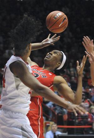 Photo -   Georgia's Tamika Willis reaches for the loose ball in the first half of their NCAA women's college basketball game against New Mexico at the UNM Thanksgiving Tournament, Saturday, Nov. 24, 2012, in Albuquerque, N.M. (AP Photo/Albuquerque Journal, Jim Thompson)