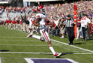 Photo - Oklahoma's Jalen Saunders (18) scores a touchdown during a college football game between the University of Oklahoma Sooners (OU) and the Texas Christian University Horned Frogs (TCU) at Amon G. Carter Stadium in Fort Worth, Texas, Saturday, Dec. 1, 2012. Oklahoma won 24-17. Photo by Bryan Terry, The Oklahoman