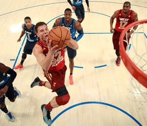 photo - Western Conference&#039;s Blake Griffin (32), of the Los Angeles Clippers, dunks the ball past Eastern Conference&#039;s Derrick Rose (1), of the Chicago Bulls, Dwight Howard (12), of the Orlando Magic, and Western Conference&#039;s Andrew Bynum (17), of the Los Angeles Lakers, during the first half of the NBA All-Star basketball game, Sunday, Feb. 26, 2012, in Orlando, Fla. (AP Photo/Ronald Martinez, Pool) ORG XMIT: DOA125