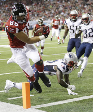 Photo - Atlanta Falcons tight end Tony Gonzalez (88) runs into the end zone for a touchdown against New England Patriots cornerback Alfonzo Dennard (37) during the first half of an NFL football game, Sunday, Sept. 29, 2013, in Atlanta. (AP Photo/John Bazemore)
