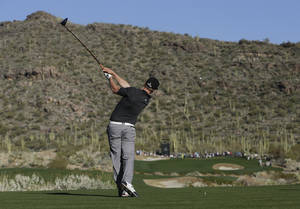 photo - Hunter Mahan hits a tee shot off the 15th hole in the quarterfinal round of play against Webb Simpson during the Match Play Championship golf tournament, Saturday, Feb. 23, 2013, in Marana, Ariz. Mahan won 1-up. (AP Photo/Julie Jacobson)