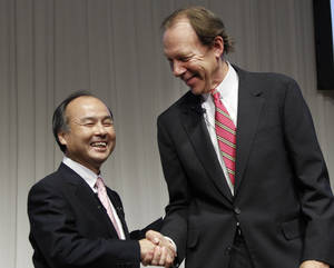 Photo -   Softbank Corp. President Masayoshi Son, left, and Sprint Nextel Corp. Chief Executive Dan Hesse shake hands during their joint press conference in Tokyo Monday, Oct. 15, 2012. Tokyo-based mobile carrier Softbank has reached a deal with Sprint to acquire 70 percent of the U.S. wireless company for $20.1 billion in the largest ever foreign acquisition by a Japanese company. (AP Photo/Koji Sasahara)