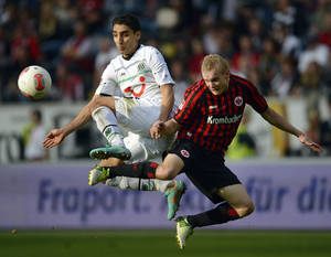 photo -   Hannover's Mohammed Abdellaoue of Norway, left, and Frankfurt's Sebastian Rode challenge for the ball during the German first division Bundesliga soccer match between Eintracht Frankfurt and Hannover 96, in Frankfurt, Germany, Saturday, Oct. 20, 2012. (AP Photo/dapd, Thomas Lohnes)